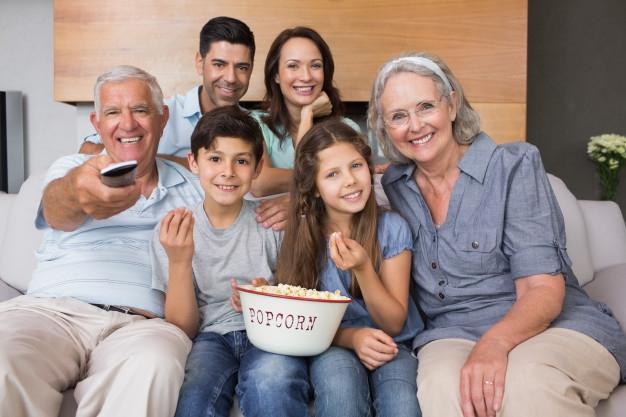 Image result for regarder la tv en famille