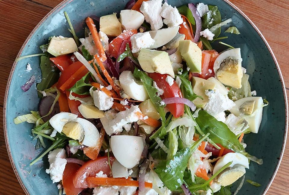 Photo d'une salade verte. Un balayage animé montre comment Scene Optimizer améliore la couleur et le ton.