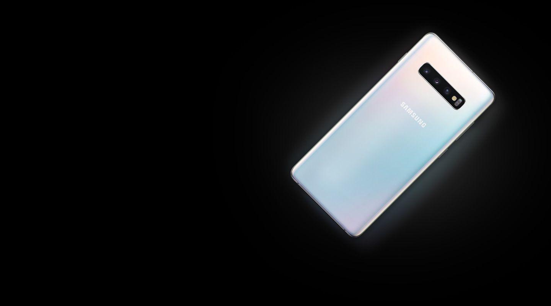 Galaxy S10 plus vu de l'arrière, couché à plat à un angle de 45 degrés.  Lorsque vous faites défiler l'écran, un autre Galaxy S10 plus apparaît au-dessus du premier Galaxy S10 plus, ainsi que l'icône de chargement, illustrant Wireless PowerShare.  Alors que vous continuez à faire défiler, un Galaxy Watch Active apparaît et est également chargé sur le Galaxy S10.