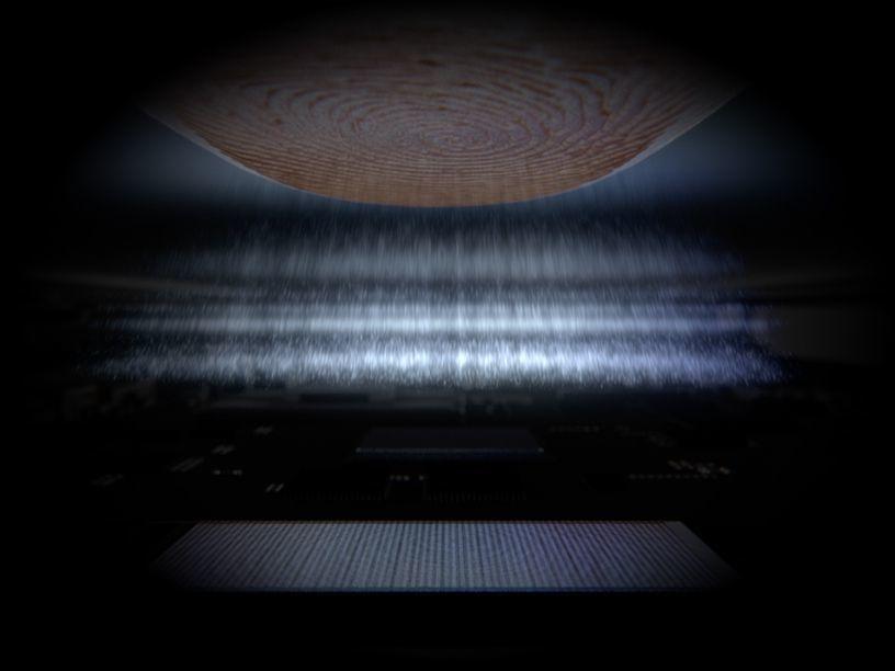 Un doigt touche l'écran Infinity-O avec des impulsions violettes émises par une empreinte digitale ultrasonique