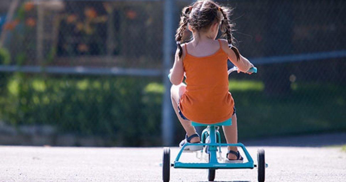 Image result for enfant joyeux sur tricycle