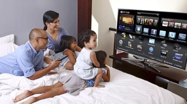 Image result for famille devant la tv