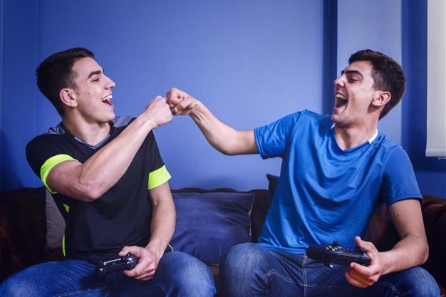 Amis jouant sur la console Photo gratuit
